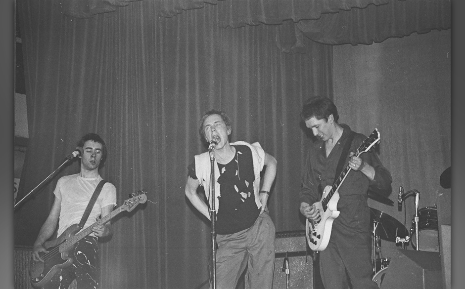 UNITED KINGDOM - JUNE 04:  FREE TRADE HALL  Photo of Steve JONES and Johnny ROTTEN and Glen MATLOCK and SEX PISTOLS, L-R Glen