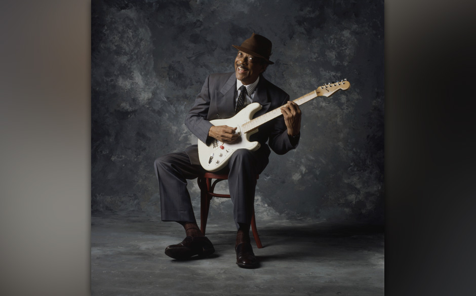 CHICAGO - 1998: Hubert Sumlin poses for a photograph in 1998 in Chicago, Illinois, (Photo by James Fraher/Redferns)