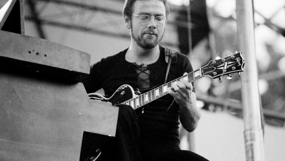 English guitarist Robert Fripp of King Crimson on stage in the USA, 1974. (Photo by Michael Putland/Getty Images)