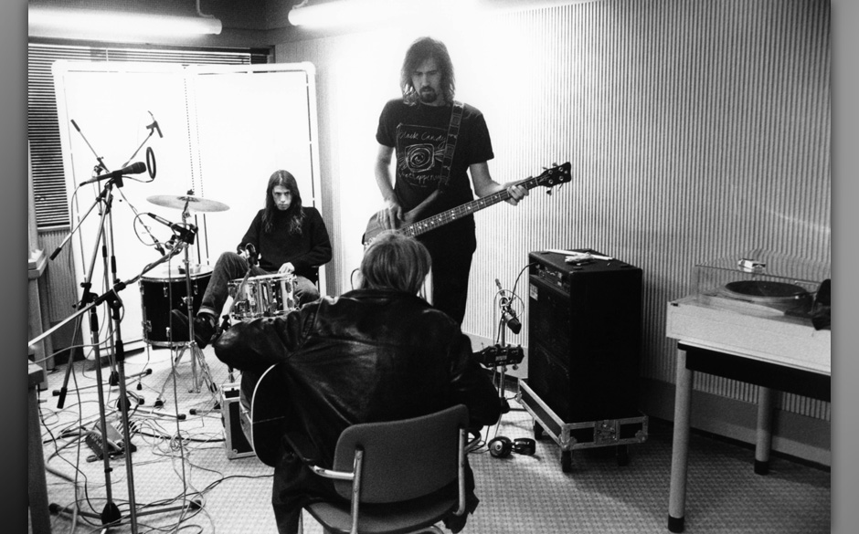 NETHERLANDS - NOVEMBER 25:  HILVERSUM  Photo of Kurt COBAIN and NIRVANA and Krist NOVOSELIC and Dave GROHL, L-R. Dave Grohl,
