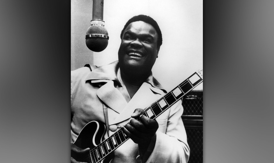 UNSPECIFIED - JANUARY 01:  Photo of Freddie KING; Singing into mic with guitar in recording studio,  (Photo by Charlie Gillet