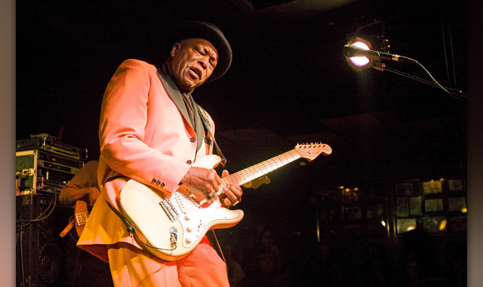 CHICAGO - JANUARY 30:  Buddy Guy performs at Buddy Guy's Legends for the last time on January 30, 2010 in Chicago, Illinois.