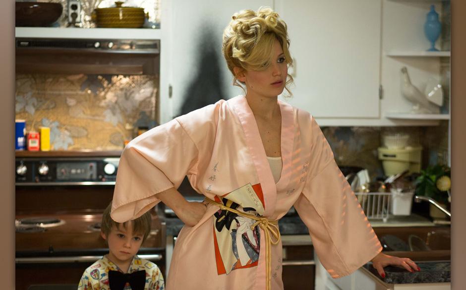 Danny Rosenfeld (Dante & Santino Corbo) behind his mom Rosalyn Rosenfeld (Jennifer Lawrence) in the kitchen at the Rosenf