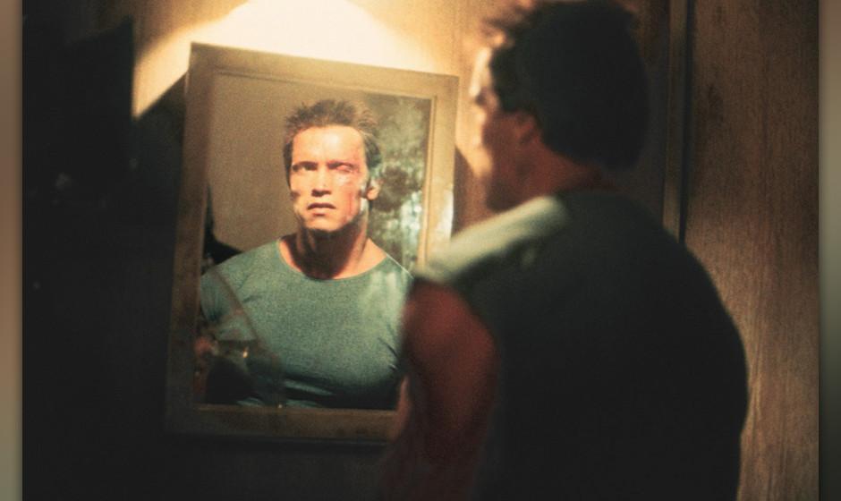 Terminator (The Terminator, USA/GB 1984, Regie: James Cameron) Arnold Schwarzenegger / Mann betrachtet sich in Spiegel, Gesic