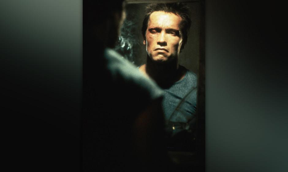 Der Terminator (The Terminator, USA 1984, Regie: James Cameron) Arnold Schwarzenegger / Mann schaut in Spiegel, Spiegelbild,