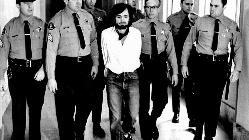 Charles Manson, 1971, being led away in handcuffs after being found guilty of murder Keine Weitergabe an Drittverwerter.