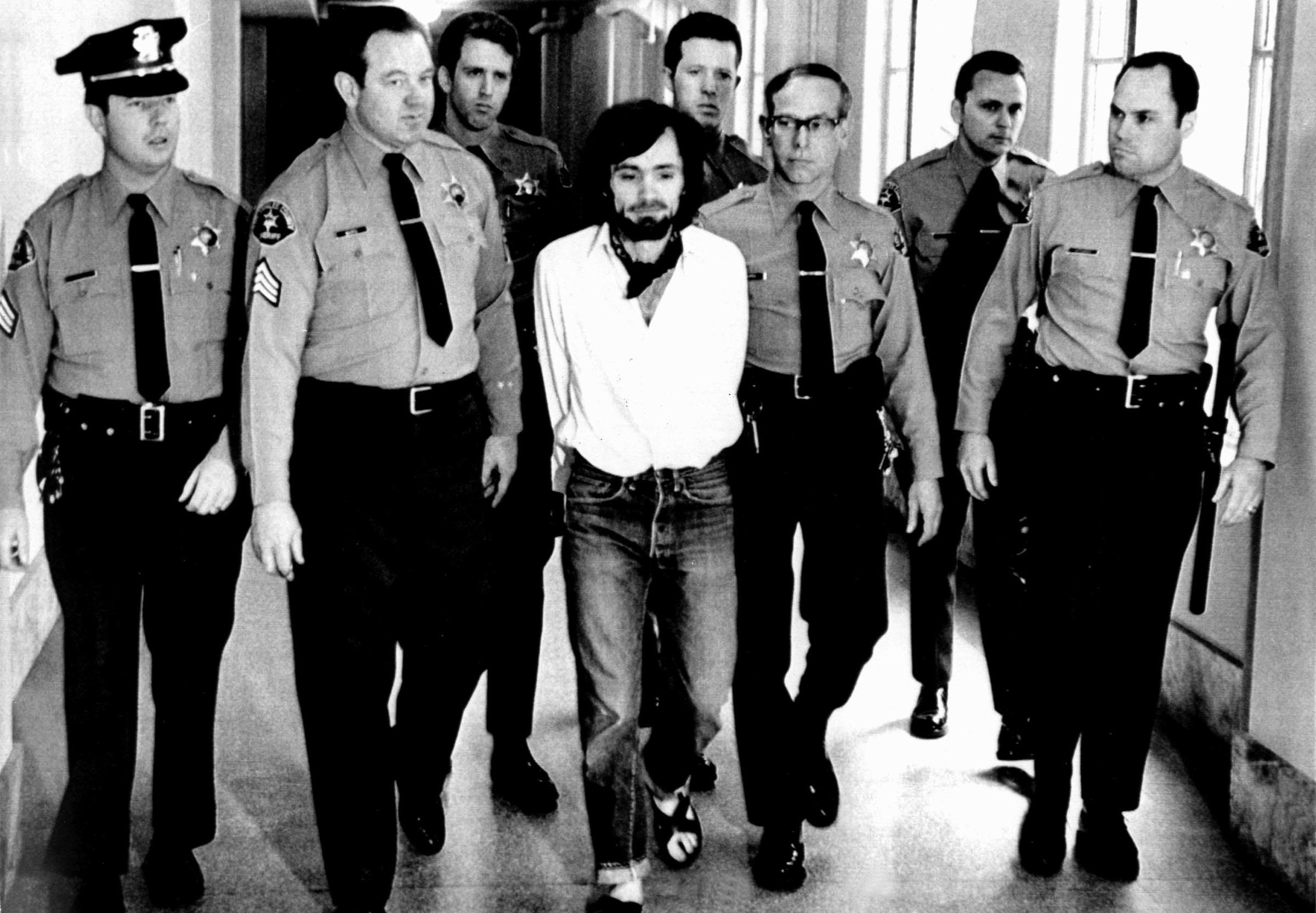 Charles Manson, 1971, being led away in handcuffs after being found guilty of murder Keine Weitergabe an Drittverwerter.