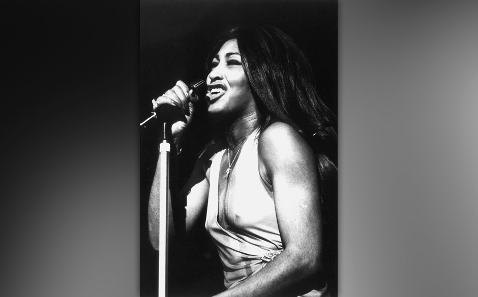 Tina Turner performs on stage, London, 1972. (Photo by Michael Putland/Getty Images)