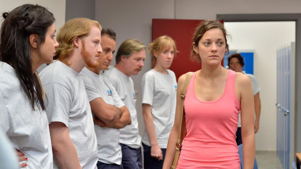 HANDOUT - Eine Szene stellt den Hauptfigur Sandra (Marion Cotillard, r) und ihre Mitarbeiter im Kinofilm 'Zwei Tage, Eine Nac