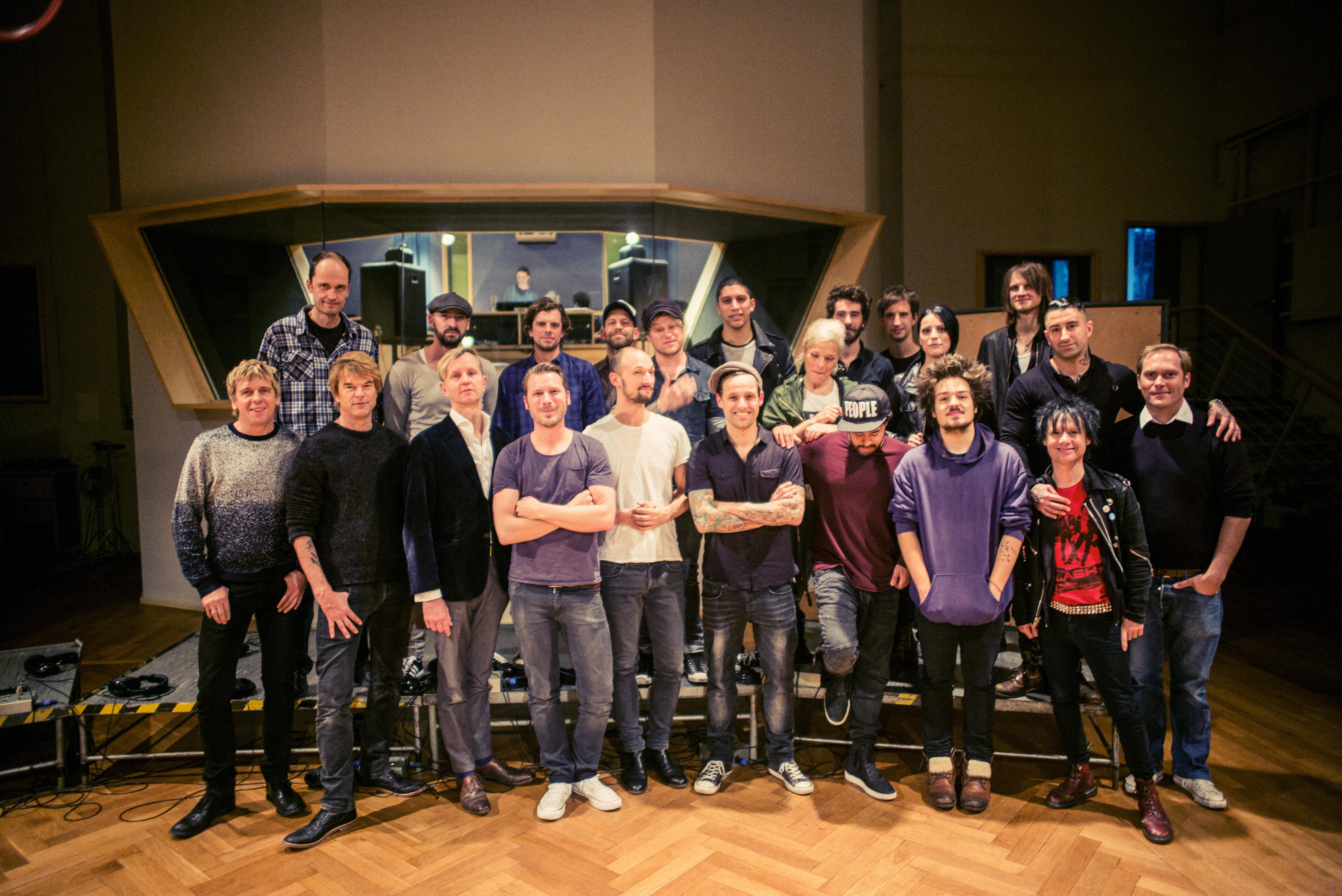 HANDOUT - Das Handout von Jochens Kleine Plattenfirma (JPK) zeigt die Mitglieder der Band Aid 30 am 16.11.2014 in einem Musik