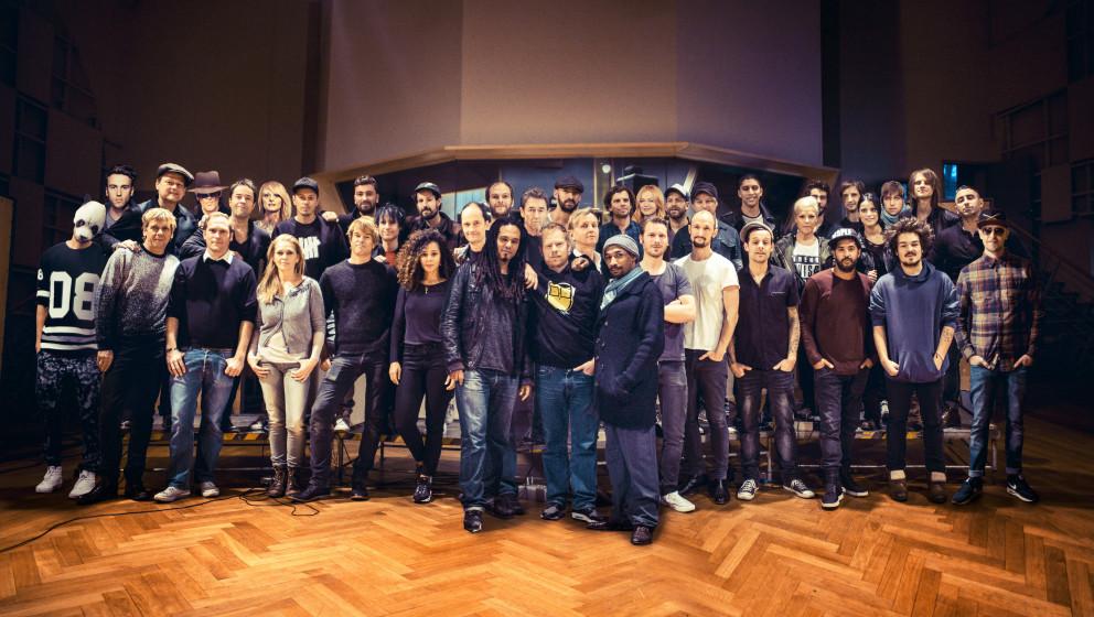 HANDOUT - Das Handout von Jochens Kleine Plattenfirma (JPK) zeigt alle Mitglieder der Band Aid 30 in einem Musikstudio in Ber