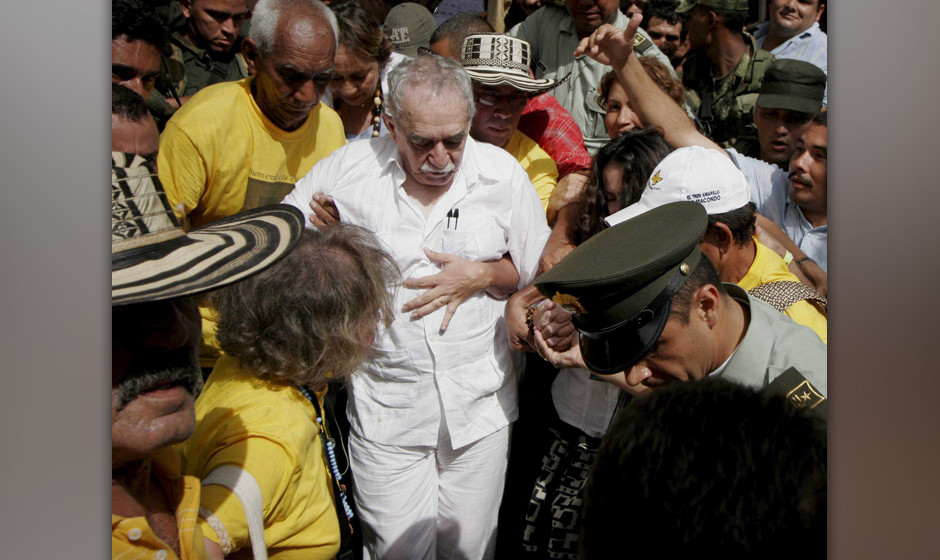 Colombian novelist and 1982 Nobel prize winner for Literature, Gabriel Garcia Marquez, greets the inhabitants of Aracataca, o