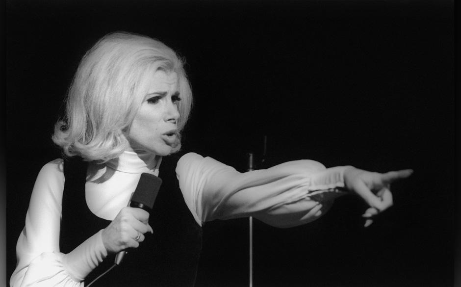 NEW YORK - NOVEMBER 1970:  Comedienne Joan Rivers performs live in November 1970 in New York City, New York. (Photo by I.C. R