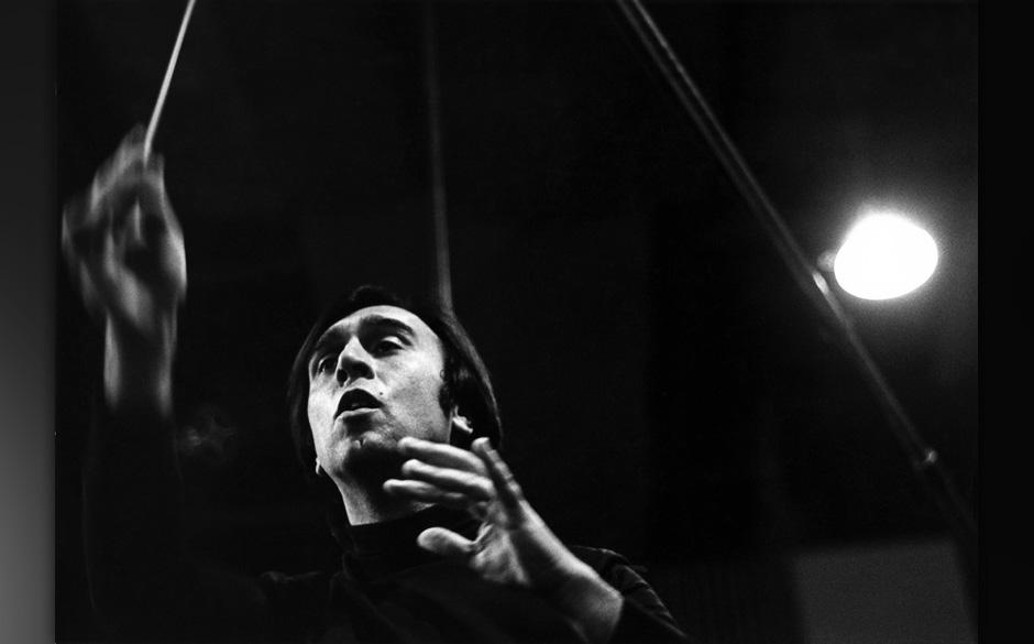 UNITED KINGDOM - JANUARY 01:  Photo of Claudio ABBADO; Italian conductor on stage  (Photo by Jeremy Fletcher/Redferns)