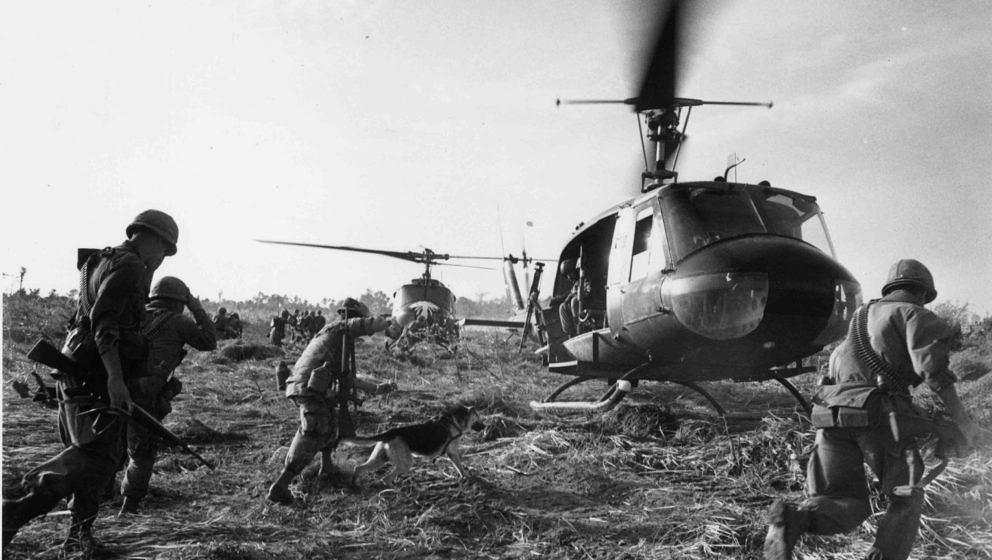 US marines running towards a Bell (UH 1) Huey helicopter and crew in the Tay Ninh area of Vietnam.   (Photo by Terry Fincher/