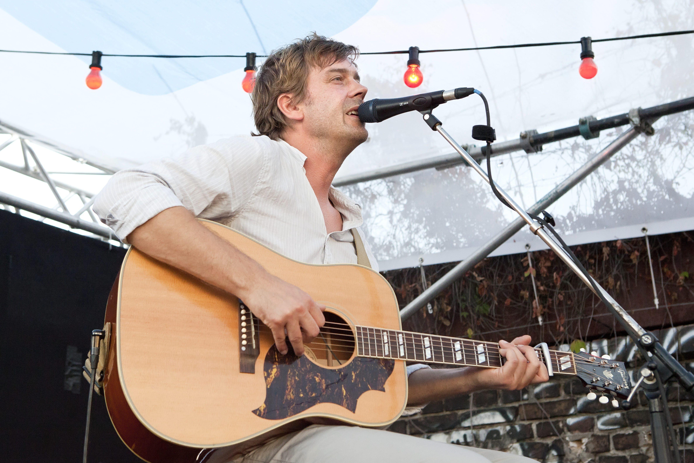 Saenger Niels Frevert  bei einem Konzert auf dem Escobar Sun Deck in Berlin.