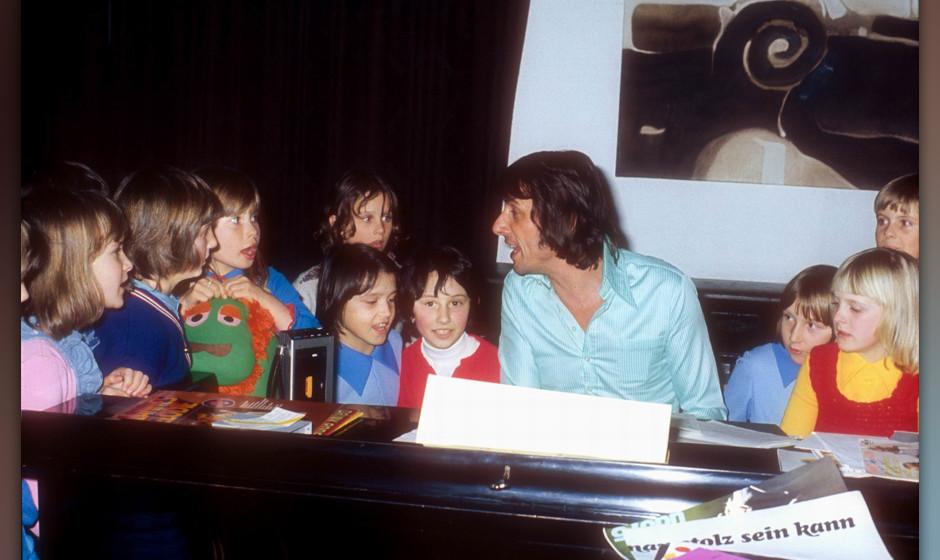 Udo Jürgens (am Flügel), Tochter Jenny (3.v.l.), Freunde, Kinder-Geburtstag, Homestory, Kitzbühel, ; sterreich, 22.01.1976