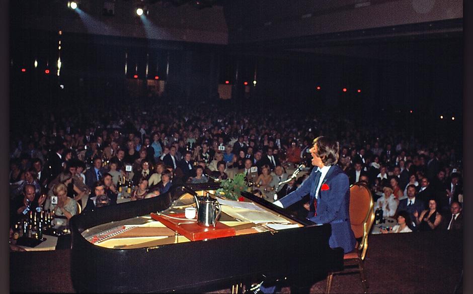 Udo Jürgens, Konzert, 'Convention Center' des Harbor Castle- Hotels, Toronto, Kanada, Bühne, Auftritt, Musikinstrument, Fl�