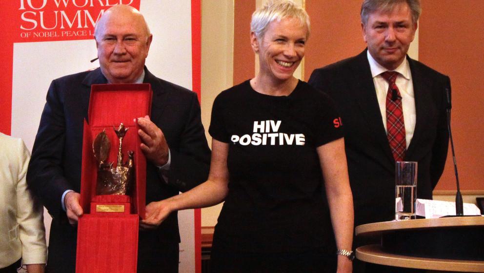 Verleihung des 'Peace Summit Award 2009' an Saengerin Annie Lennox im Roten Rathaus in Berlin, (v.l.): Frederik Willem de Kle