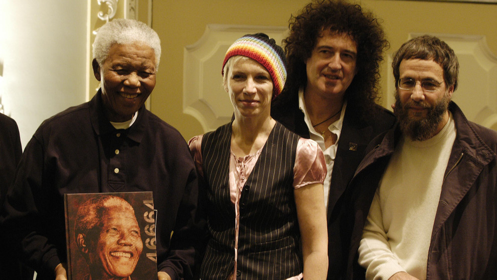Left to right: NELSON MANDELA the former President of South Africa with ANNIE LENNOX, BRIAN MAY and YUSUF ISLAM formerly know