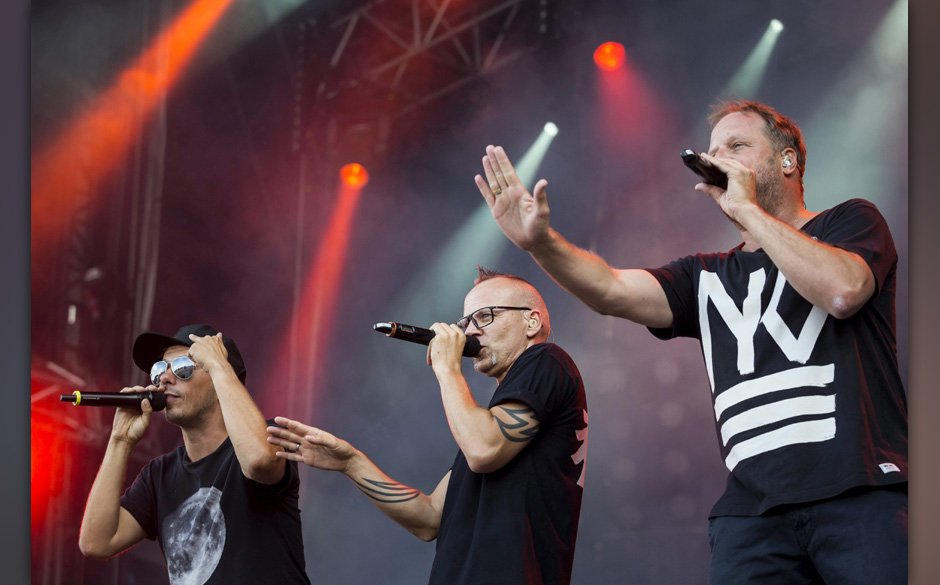 epa04356287 (L-R) Michi Beck, Thomas D and Smudo of German hip hop group 'Die Fantastischen Vier' perform during his concert