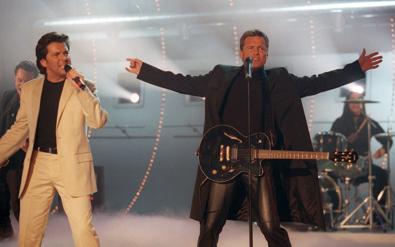 Das Popduo Modern Talking - Thomas Anders und Dieter Bohlen (r) - tritt im zweiten Teil der Jubiläumssendung 20 Jahre 'Wette