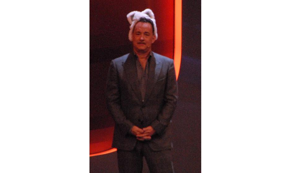 Tom Hanks (2-facher-'Oscar'-Preisträger, Wett-Pate) als Katze von den 'Bremer Stadtmusikanten' für 'Sackhüpfen-Challenge',