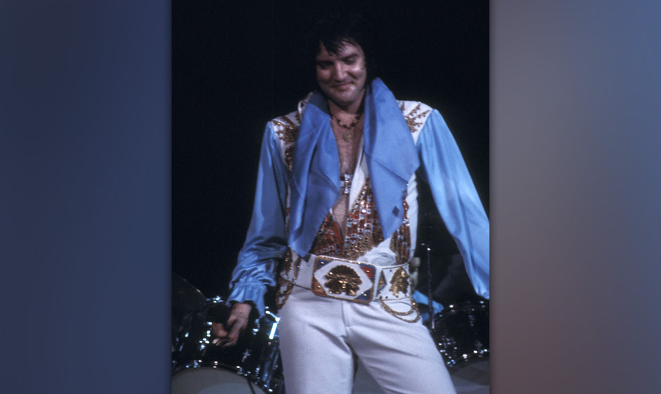 PHILADELPHIA, PA - JUNE 28:   Entertainer Elvis Presley performs in concert on June 28, 1976 at The Spectrum in Philadelphia,