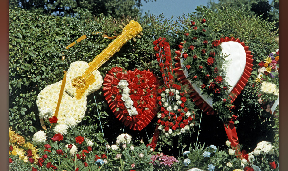 ELVIS PRESLEY FUNERAL, MEMPHIS, TENNESSEE, USA-18TH AUGUST 1977. Floral Tributes to Elvis Presley funeral outside Forest Hill