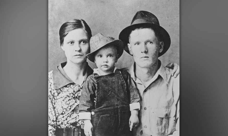 TUPELO, MS - 1937:  Rock and roll singer Elvis Presley poses for a family portrait with his parents Vernon Presley and Gladys