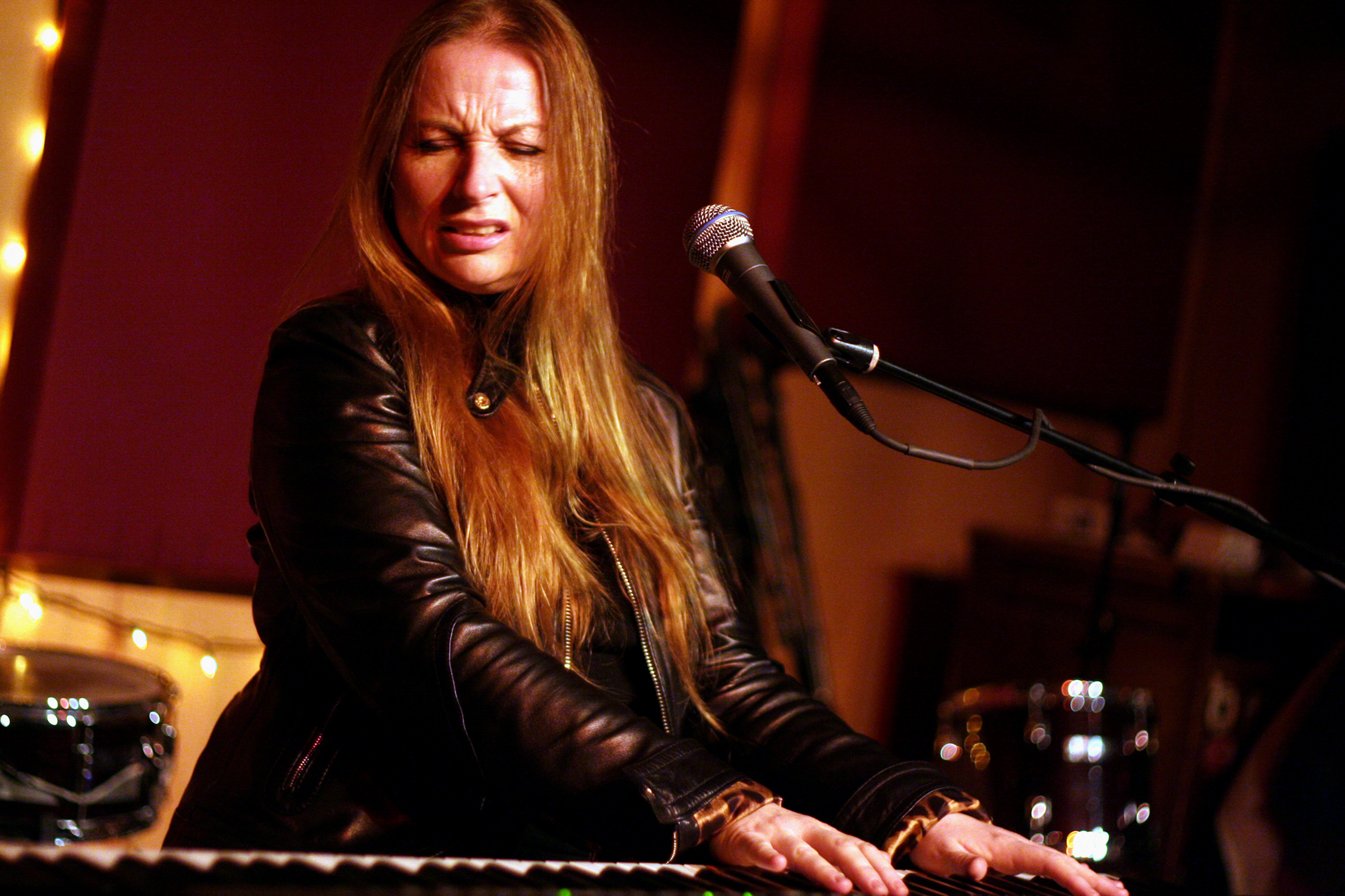 Judith Owen performing at the Living Room in Lower East Side, Manhattan on Monday night, February 26, 2007. (Photo by Hiroyuk