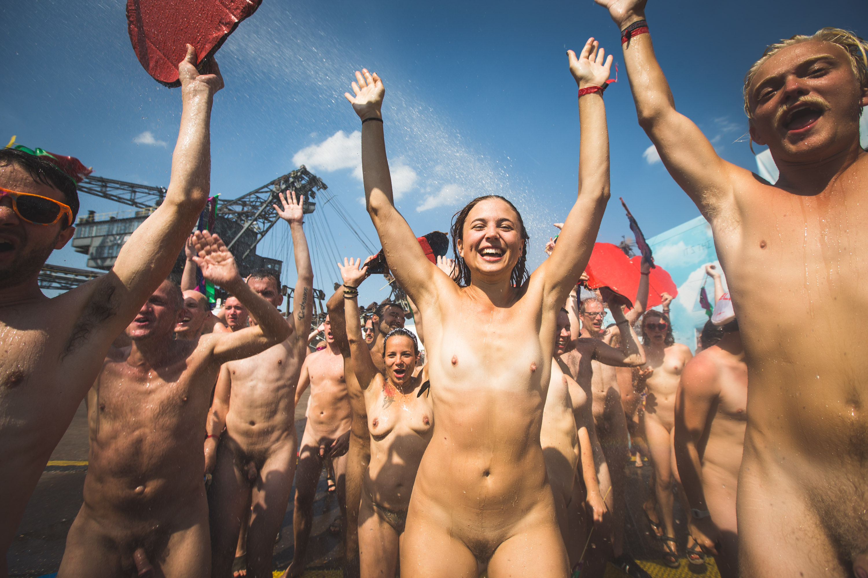 Der Fotograf Gerrit Starczewski fotografierte ca. 200 nakt nackte Menschen bei der Aktion 'Naked Heart' auf dem Melt! Festiva