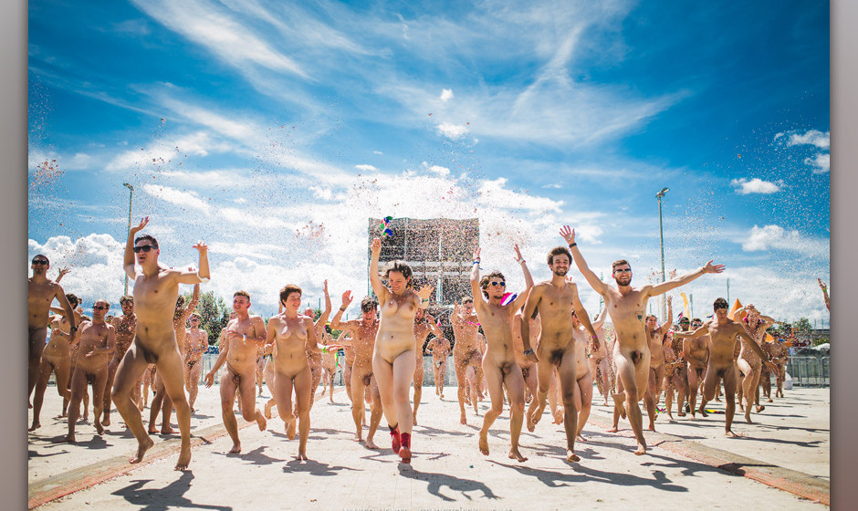 120 Menschen zogen sich nackt aus und hatten Spaß im Rahmen des 'Naked Heart' Projektes. Alles geschah am 15. August 2014 vo