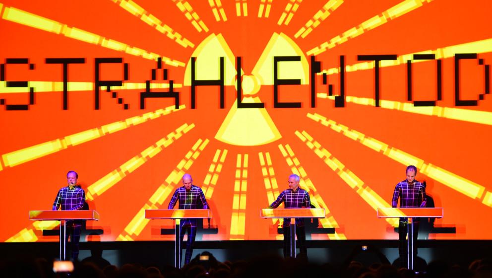 Die legendäre Band Kraftwerk steht am 06.01.2015 in Berlin in der Neuen Nationalgalerie auf der Bühne. An acht Abenden werd