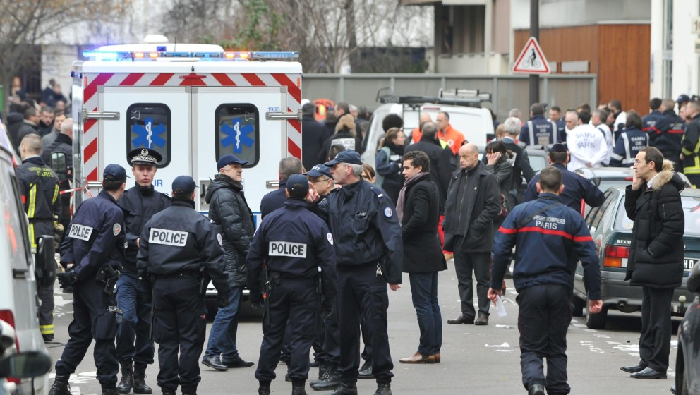 ©Kyodo/MAXPPP - 07/01/2015 ; PARIS, France - Police officers inspect the crime scene where at least 12 people were killed in