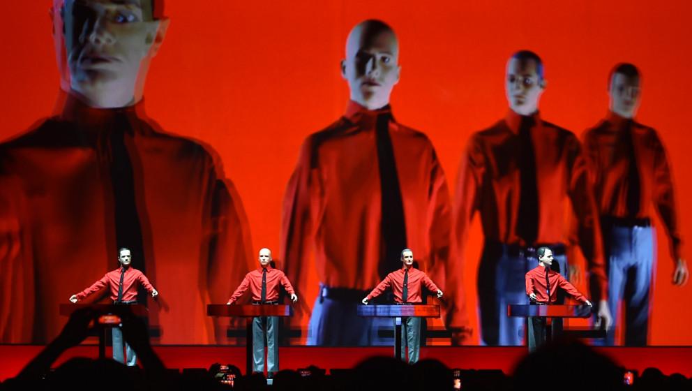 Puppen stehen während des Konzerts der legendären Band Kraftwerk am 06.01.2015 in Berlin in der Neuen Nationalgalerie auf d