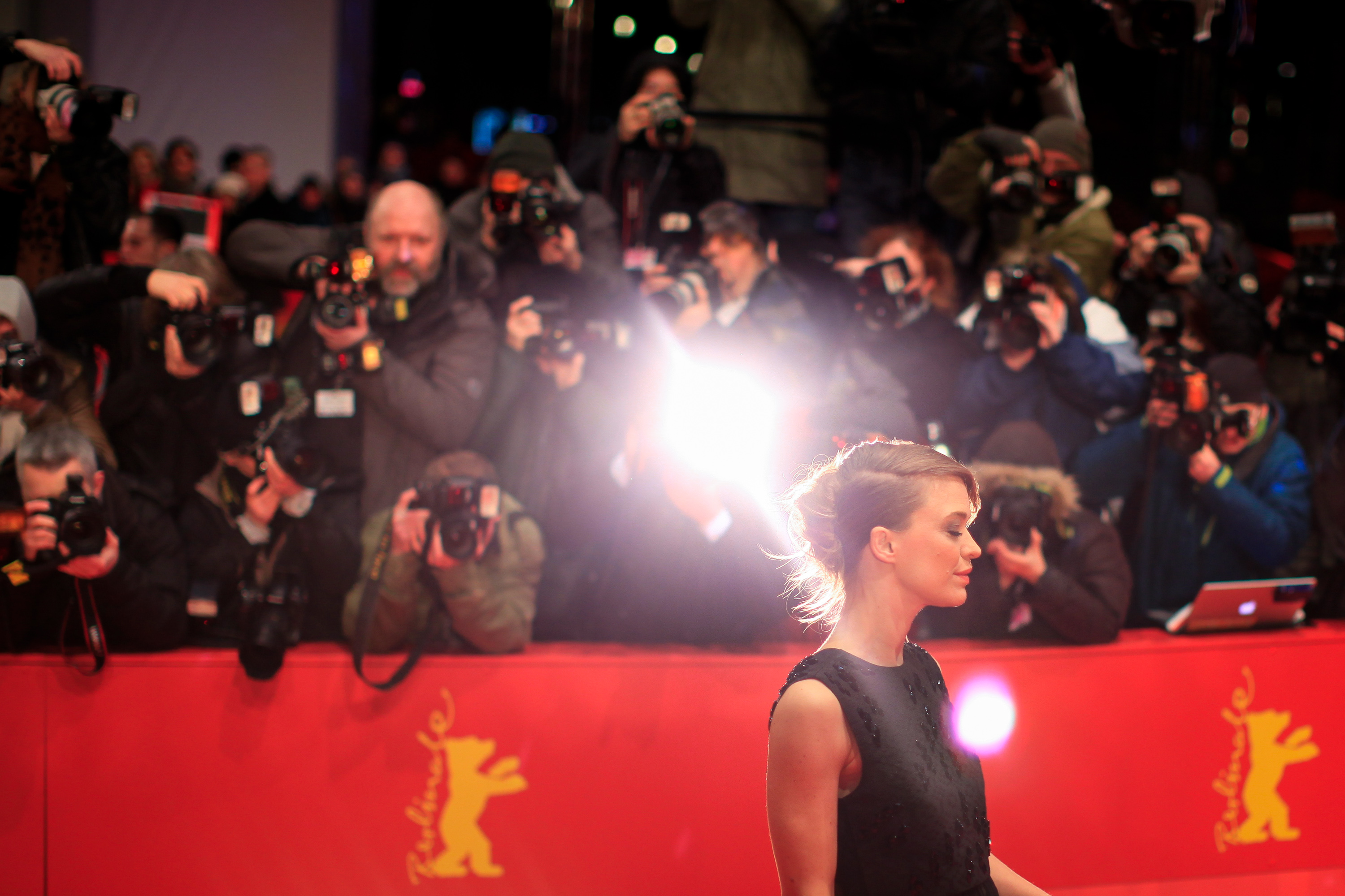 (150205) -- BERLIN, Feb. 5, 2015 () -- German Actress Heike Makatsch poses for photos on the red carpet prior to the opening