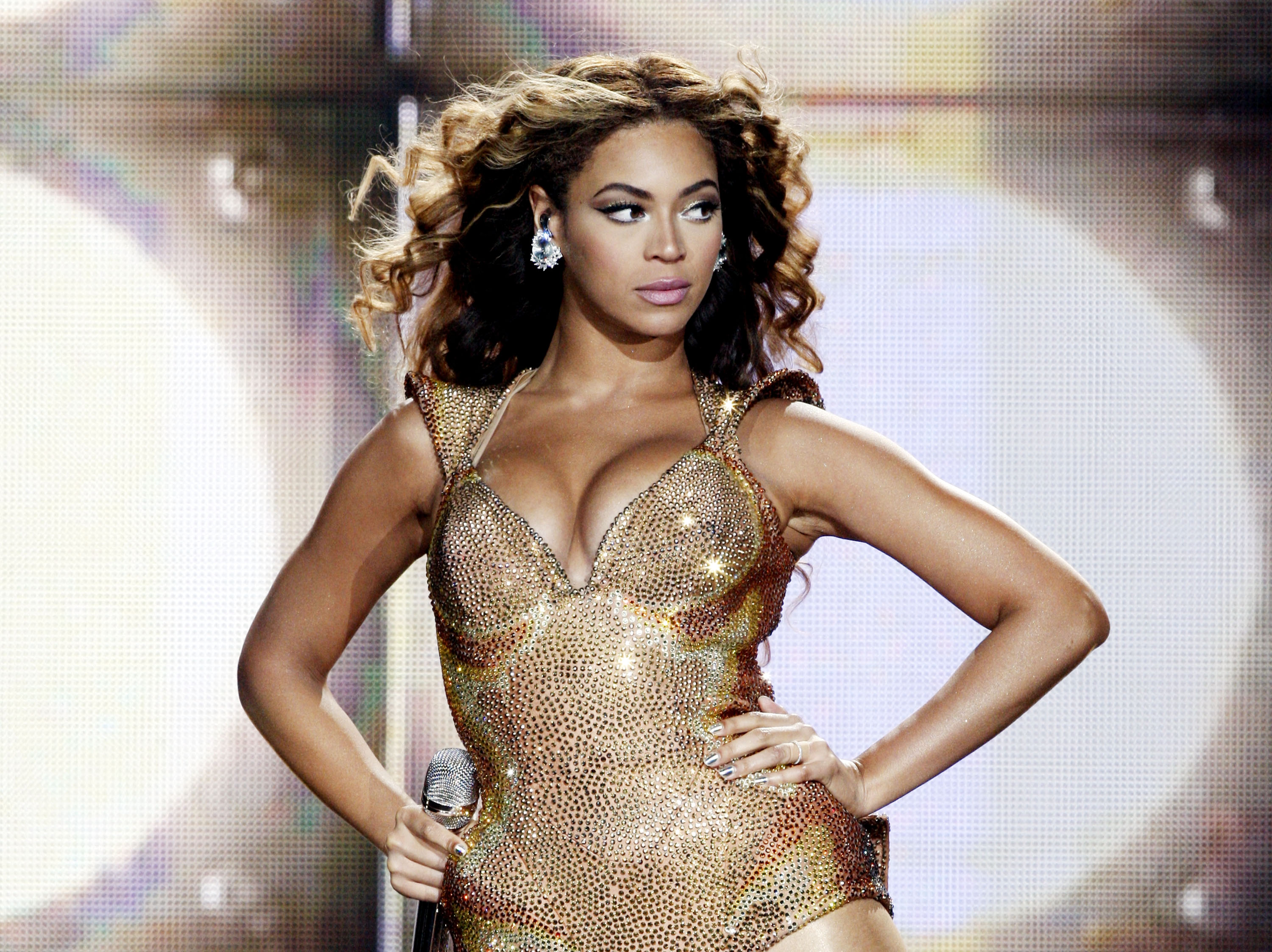 LOS ANGELES, CA - JULY 13:  Singer Beyonce performs at the Staples Center on July 13, 2009 in Los Angeles, California.  (Phot