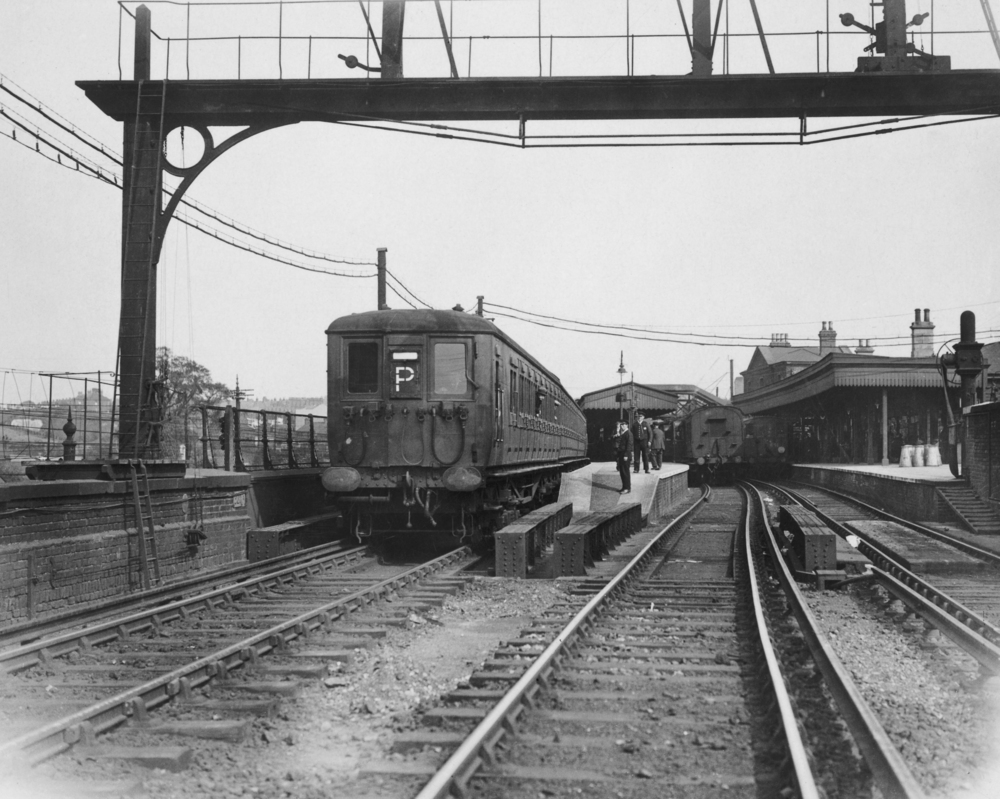 A new electric train leaves Dartford Junction, 8th June 1926. (Photo by Macgregor/Topical Press Agency/Hulton Archive/Getty I
