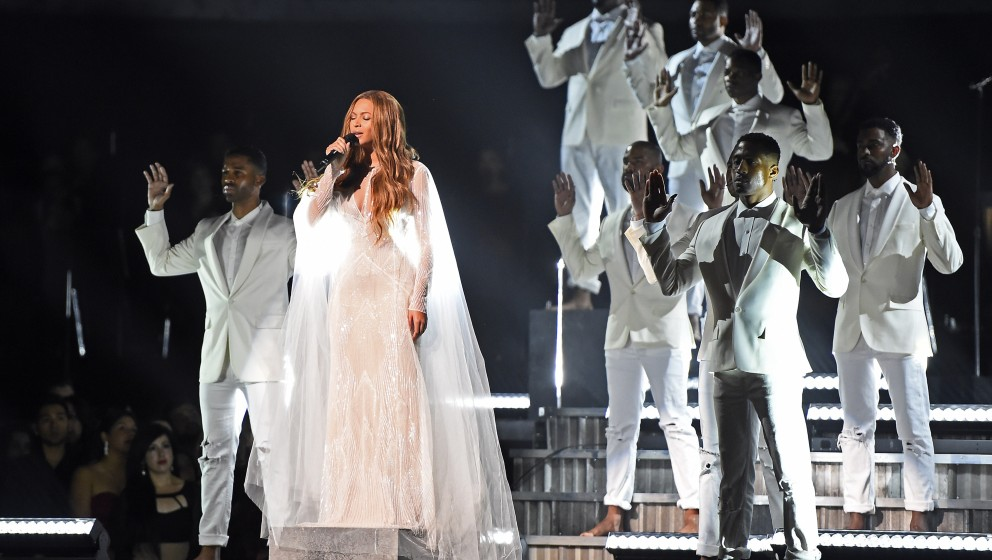 Beyoncé performs on stage at the 57th Annual Grammy Awards in Los Angeles February 8, 2015. AFP PHOTO / ROBYN BECK        (P