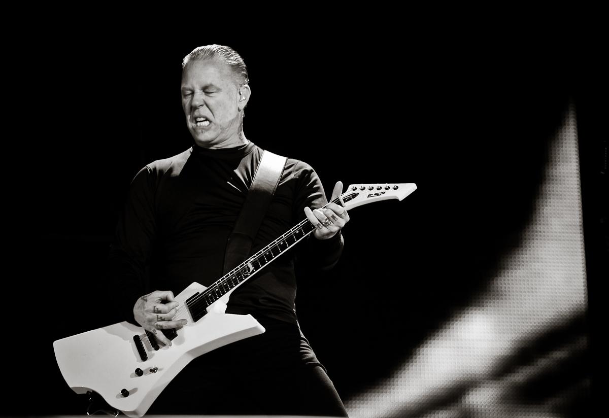 """Platz 61: MetallicaFlea über Metallica: Ich wollte nicht glauben, dass so etwas überhaupt existierte. Diese wundervolle Brutalität, die anders als alles andere war, blies mir das Hirn weg.Es war kein Punk, es war kein Heavy Metal. Es war präzise, explosiv und heftig. Es war aggressiv und intensiv und hatte wilde, bizarre Rhythmuswechsel. Und trotzdem hielt der gottverdammte Song alles zusammen. Am Ende sang ich ihn bereits mit, obwohl er nun wirklich keine Elemente eines üblichen Popsongs verwendete. Die Nummer hieß """"Fight Fire With Fire"""" – und sie öffnete mir die Tür zu einer Naturgewalt namens Metallica."""