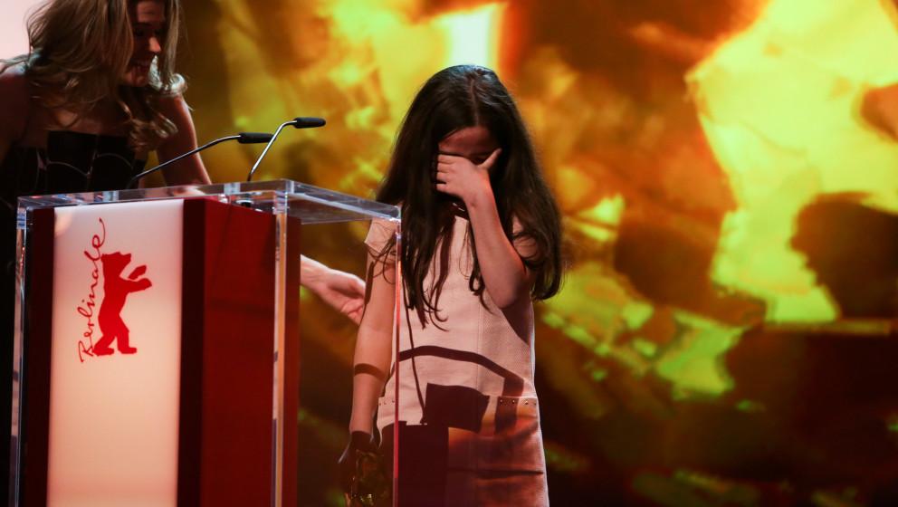 BERLIN, Feb. 14, 2015 (Xinhua) -- Hana Saeidi, niece of Iran's director Jafar Panahi receives the Golden Bear for Best Film f