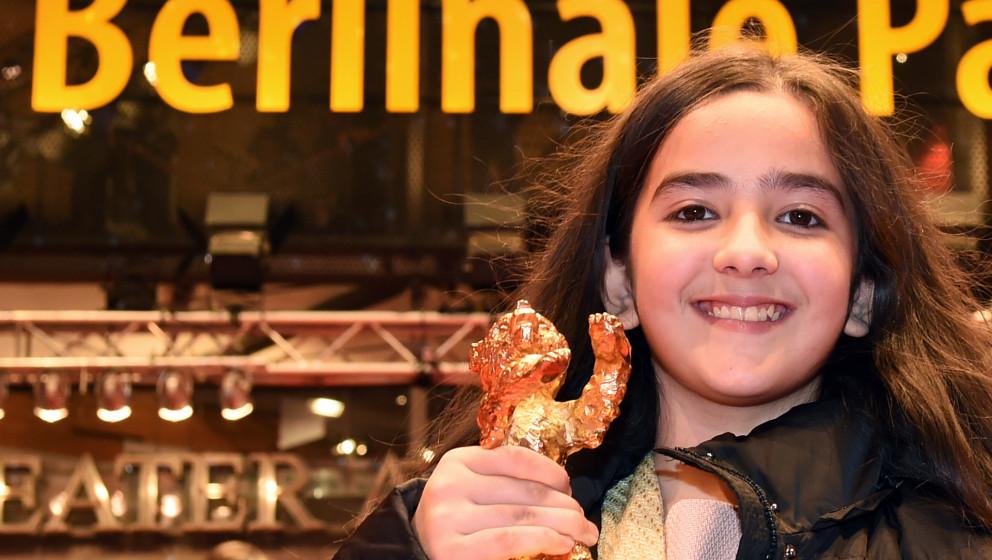 Die Nichte des iranischen Regisseurs Jafar Panahi, Hanna Saeidi, hält am 14.02.2015 nach der Preisverleihung der 65. Interna