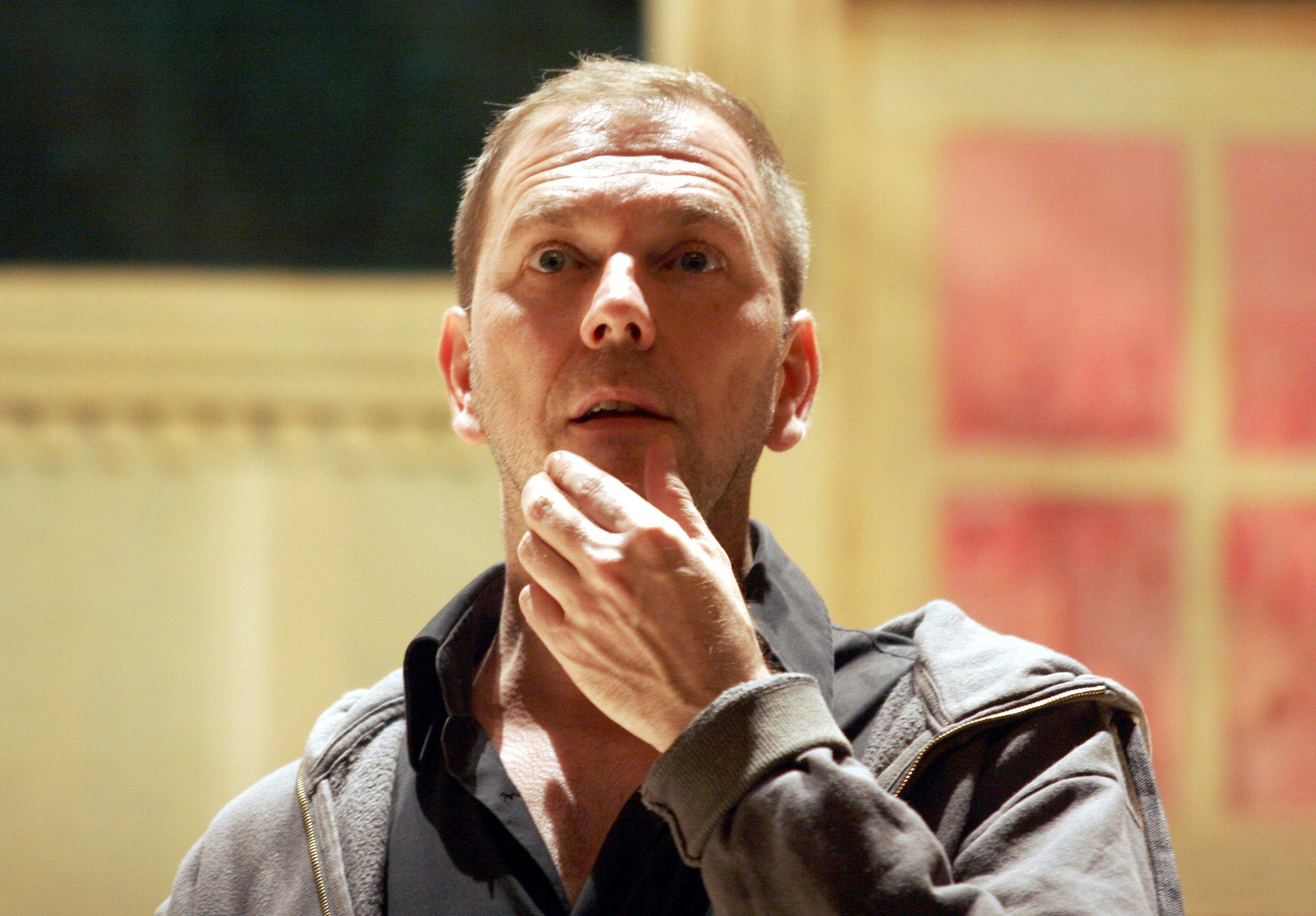Der Regisseur Rene Pollesch am Rande einer Proben-Szene des Stückes 'L' affaire Martin! etc.' von Rene Pollesch, bei dem er