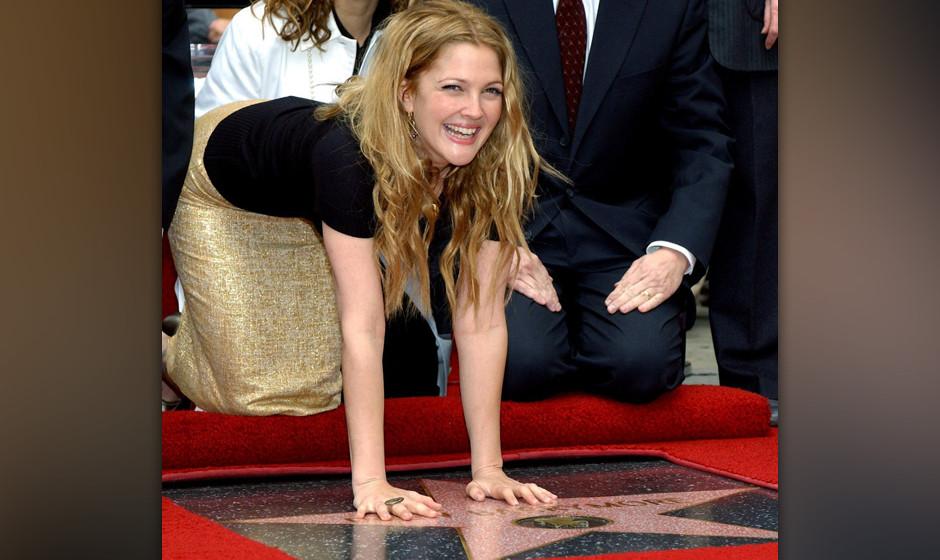 US-Schauspielerin Drew Barrymore wird am 3.2.2004 mit dem 2246. Stern auf dem Hollywood Walk of Fame geehrt. Vor Hunderten vo
