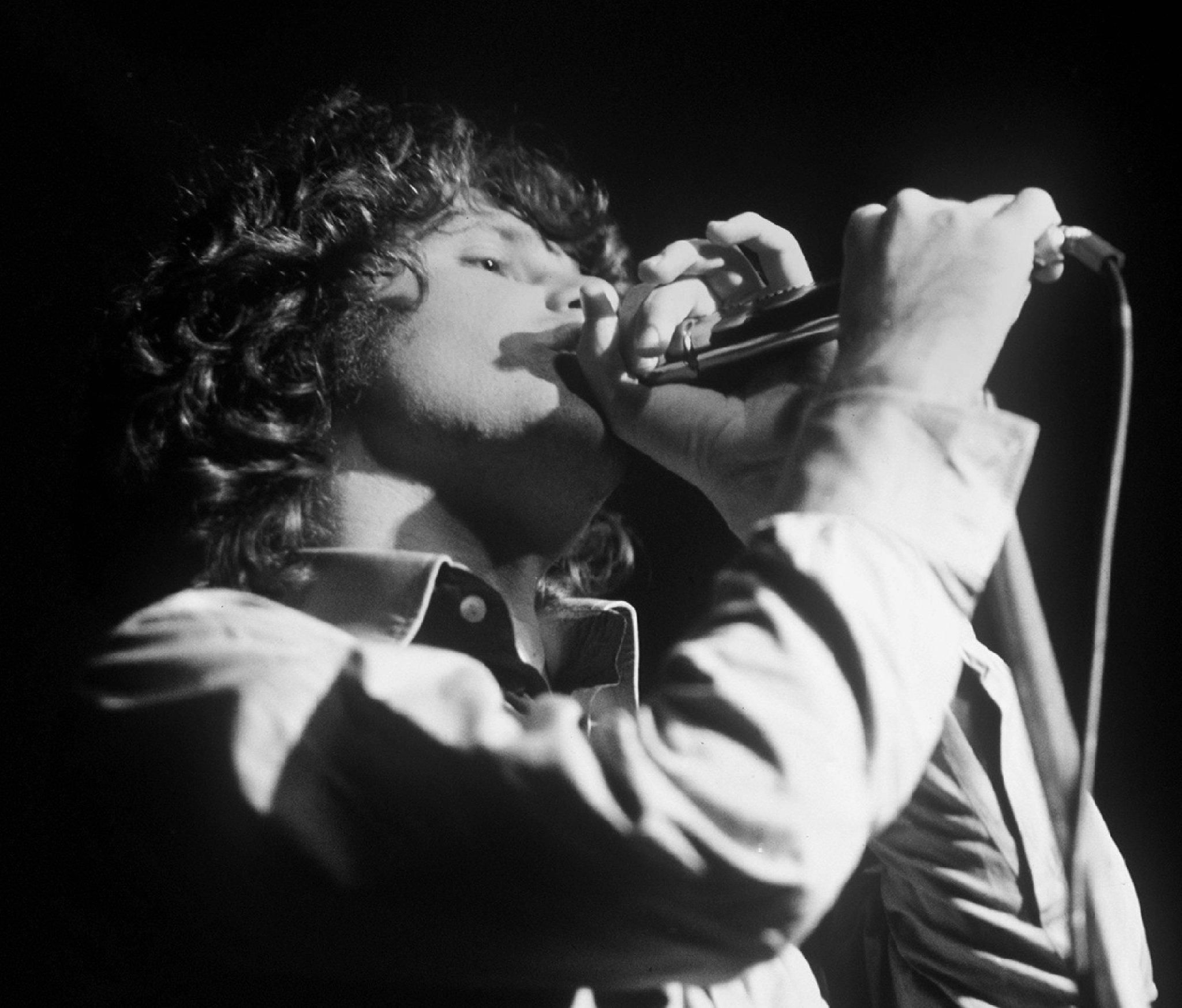 Das undatierte Archivbild zeigt den legendären Sänger Jim Morrison der US-Rockgruppe 'The Doors' während eines Auftritts.