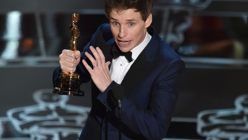 Eddie Redmayne accepts the award for best actor in a leading role for ¿The Theory of Everything¿ at the Oscars on Sunday, F