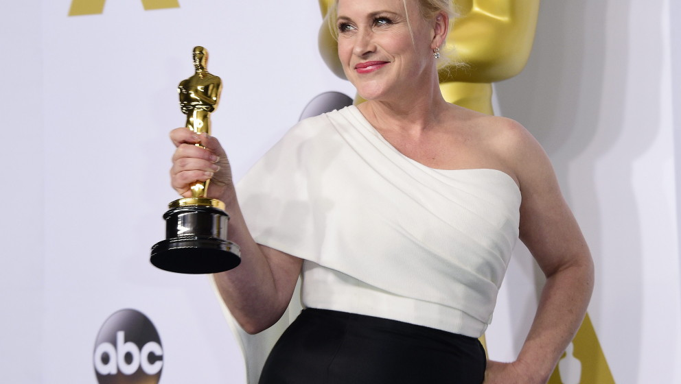 epa04633275 Patricia Arquette poses with her Academy Award for Actress in a Supporting Role for 'Boyhood' in the press room d