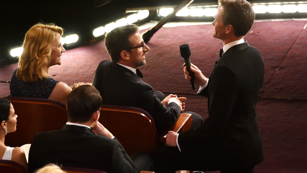 HOLLYWOOD, CA - FEBRUARY 22:  Host Neil Patrick Harris (R) talks with actor Steve Carell during the 87th Annual Academy Award