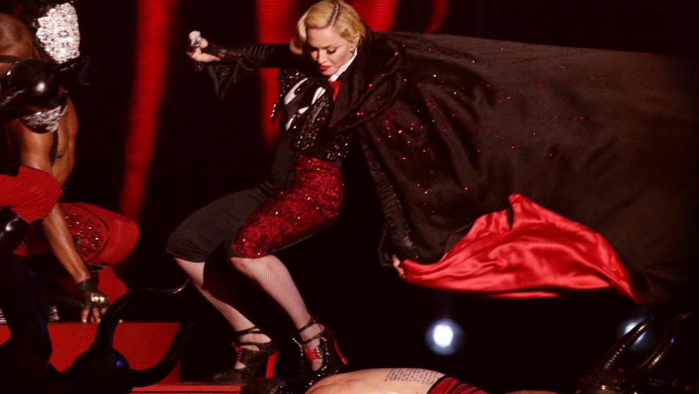 Madonna im berüchtigten Armani-Cape bei den Brit-Awards in London. Dieser ließ sie von der Bühne stürzen.